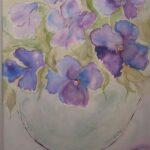 Vase mit violetten Blumen