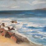 Wellen rauschen an den Strand mit grossen Steinen